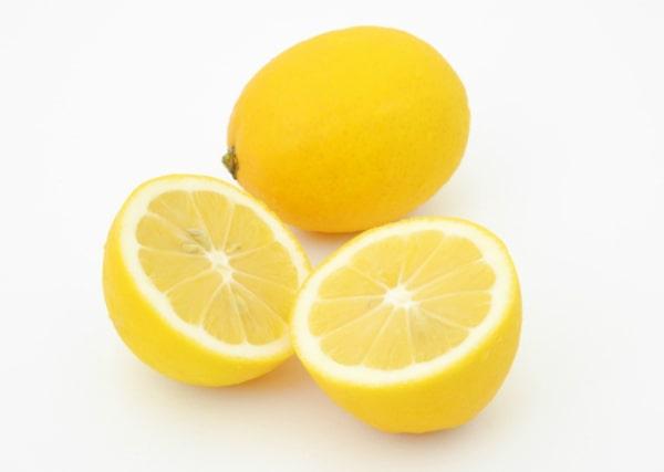 膝の黒ずみケアにレモン